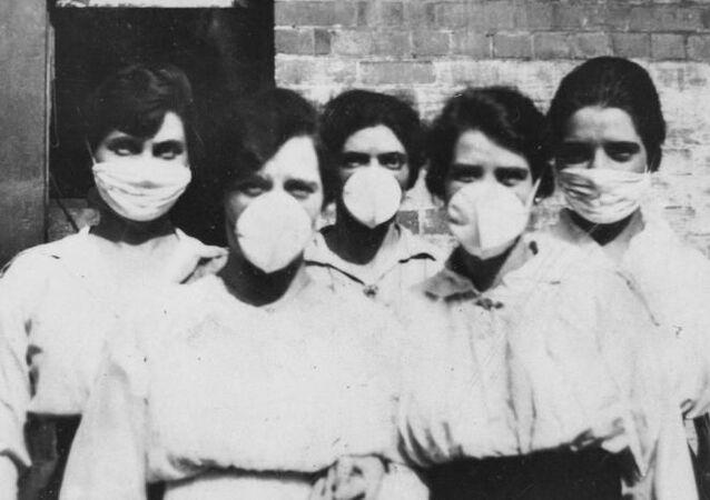 Mujeres con máscaras ante la epidemia de gripe en 1919