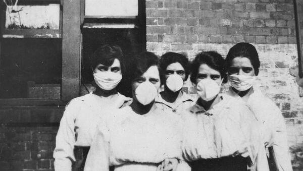 Mujeres con máscaras ante la epidemia de gripe en 1919 - Sputnik Mundo