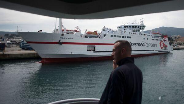 Hombre hablando por teléfono en ferry en el puerto de Algeciras (Málaga) - Sputnik Mundo