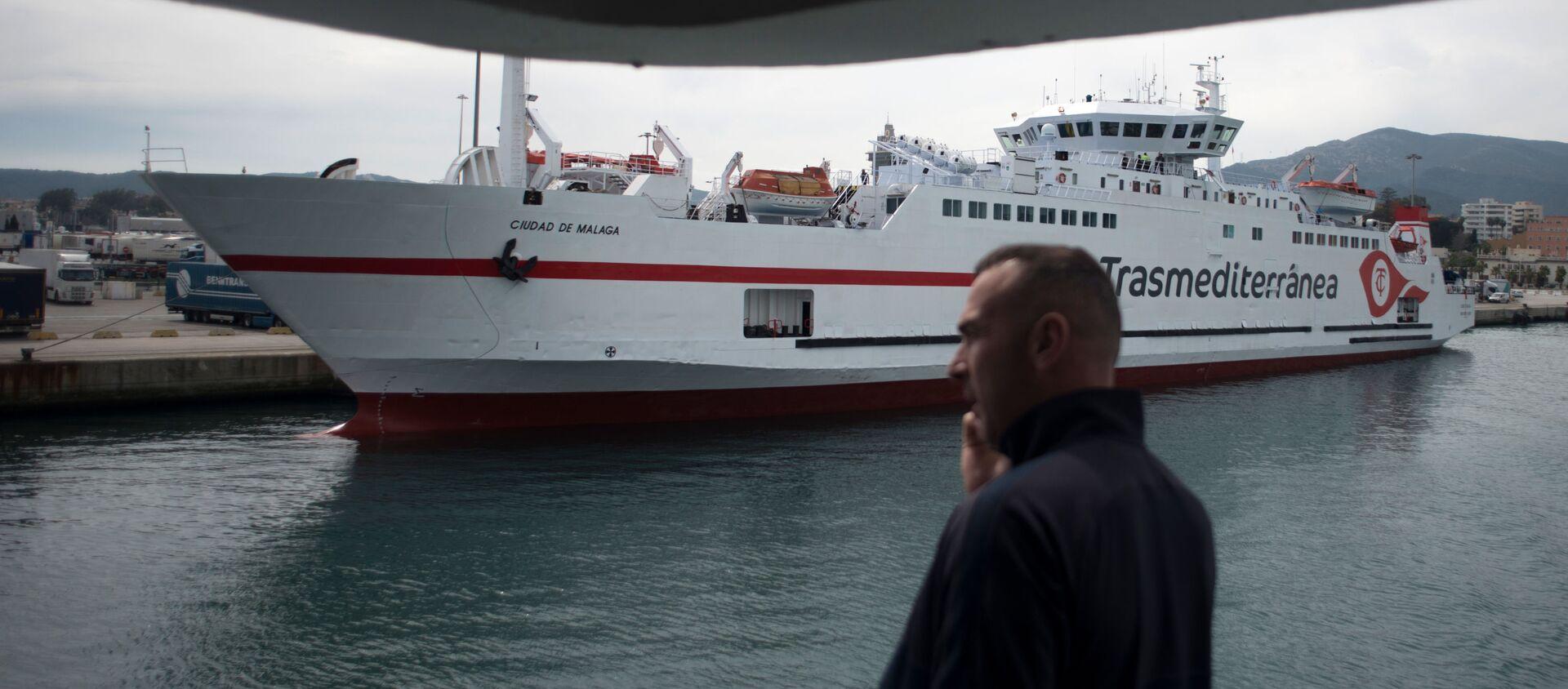 Hombre hablando por teléfono en ferry en el puerto de Algeciras (Málaga) - Sputnik Mundo, 1920, 13.03.2020