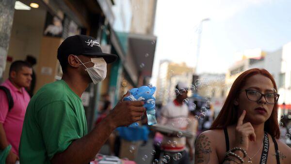 Un hombre en mascarilla en Brasil - Sputnik Mundo