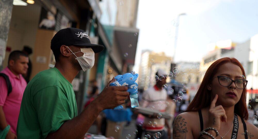 Un hombre en mascarilla en Brasil