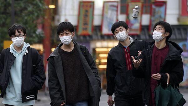 Unos japoneses en mascarillas - Sputnik Mundo