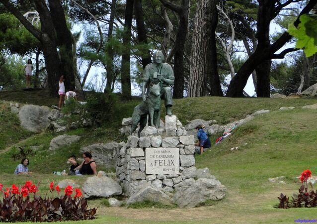 Monumento al divulgador científico Félix Rodríguez de la Fuente, en Santander (España)