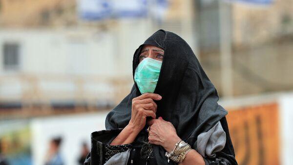 Una mujer con una mascarilla en Jerusalén - Sputnik Mundo