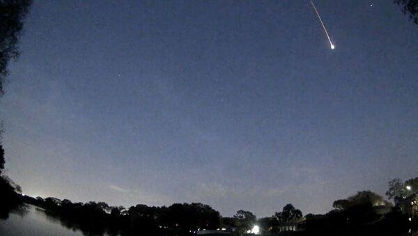 Una enorme estrella fugaz ilumina el cielo de Florida - Sputnik Mundo