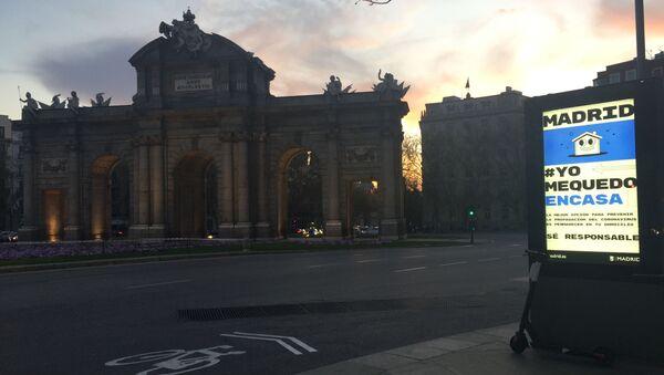 Anuncio Yo me quedo en casa en la Puerta de Alcalá - Sputnik Mundo