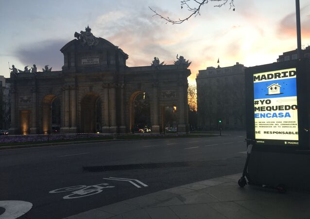 Anuncio Yo me quedo en casa en la Puerta de Alcalá