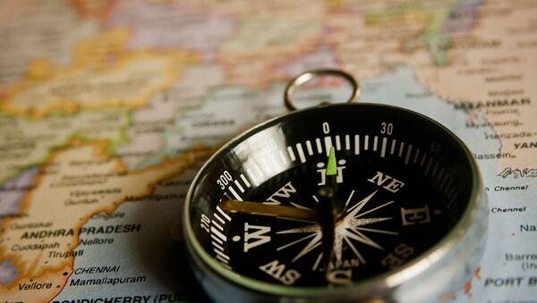 Una brújula y un mapa - Sputnik Mundo