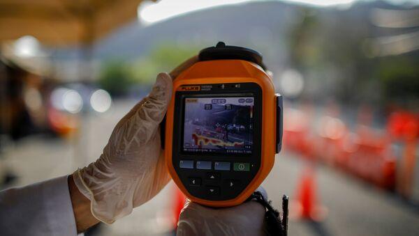 Un médico salvadoreño utiliza cámara térmica - Sputnik Mundo