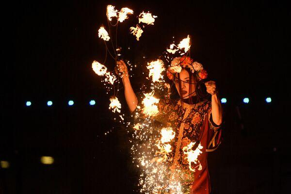 Espectáculo de fuego dedicado al Día de la Mujer en la ciudad rusa de Yalta. - Sputnik Mundo