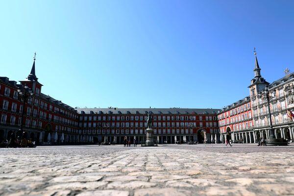 La Plaza Mayor inusualmente casi vacía debido al brote de coronavirus en Madrid. - Sputnik Mundo