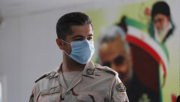 Un guardia iraní en mascarilla - Sputnik Mundo