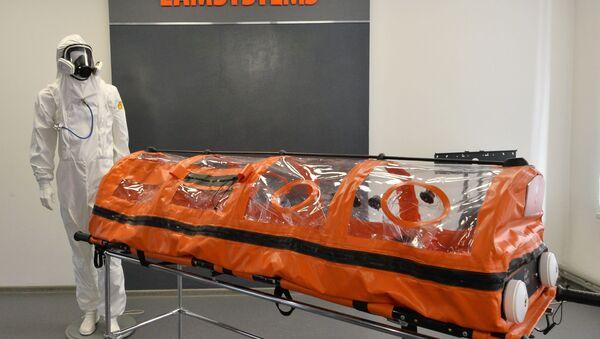La cápsula hermética junto a un traje de protección contra epidemias y pandemias - Sputnik Mundo