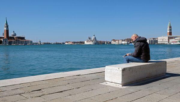 Un hombre en Venecia cerrada por coronavirus - Sputnik Mundo