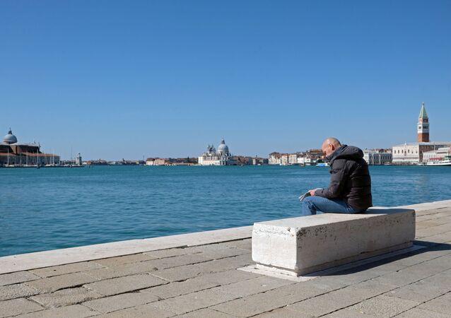 Un hombre en Venecia cerrada por coronavirus