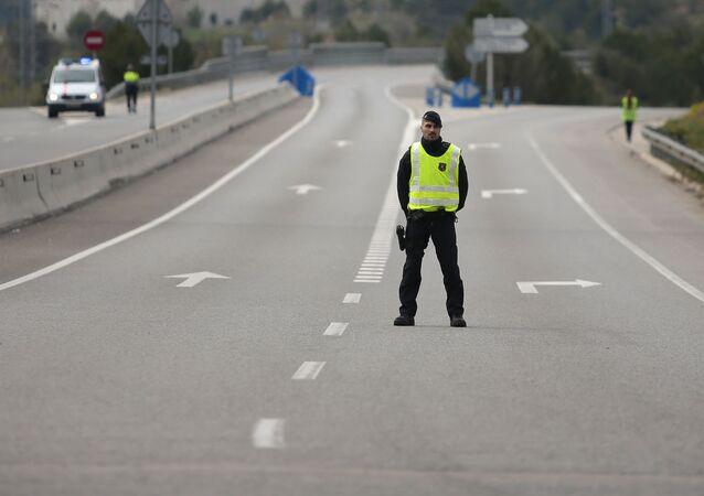 Un oficial de Policía en la carretera cerrada cerca de Igualada, España