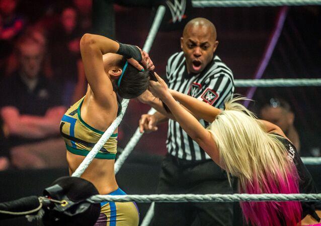 Alexa Bliss contra Bayley durante un show de la WWE (archivo)