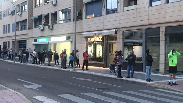 La gente hace colas de dos horas para comprar tabaco en Madrid - Sputnik Mundo