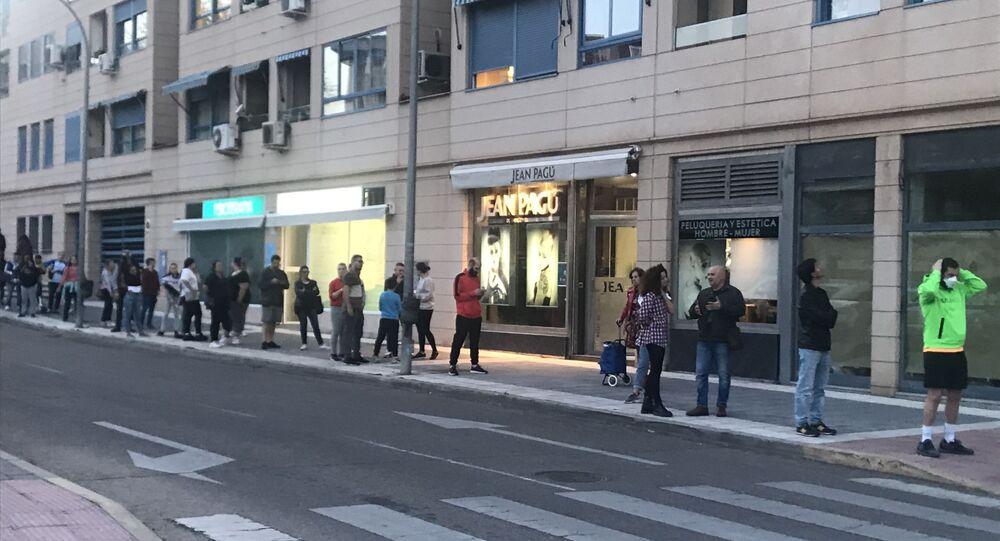 Clientes esperando para comprar tabaco en Madrid