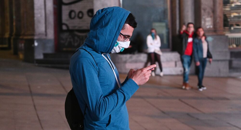 Un chico en mascarilla en Madrid, España