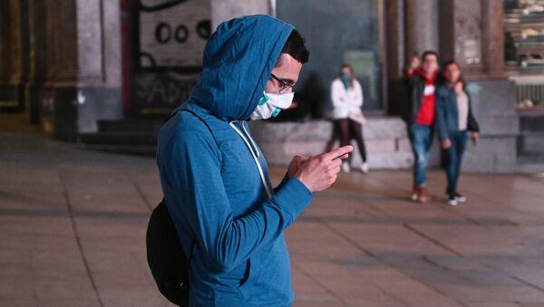 Un chico en mascarilla en Madrid, España - Sputnik Mundo
