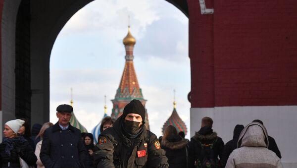 Un hombre con mascarilla en Moscú (imagen referencial) - Sputnik Mundo