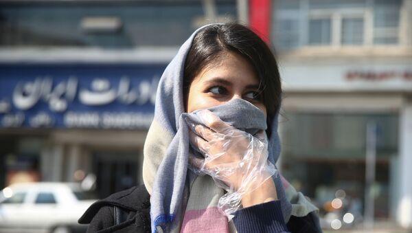 Una mujer iraní cubre la boca ante el brote de coronavirus - Sputnik Mundo