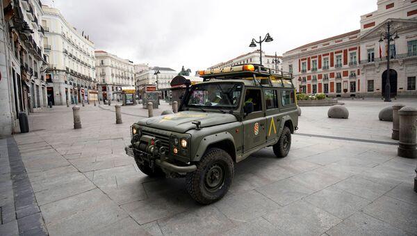 Un vehículo militar en la Puerta del Sol en Madrid - Sputnik Mundo