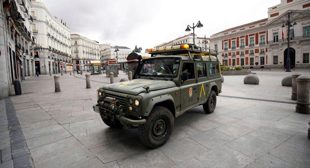 Un vehículo militar en la Puerta del Sol en Madrid