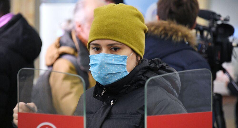 Una chica con mascarilla en Rusia durante el brote de coronavirus en el mundo