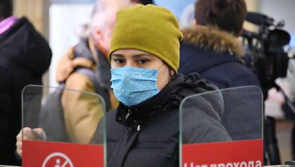 Una chica con mascarilla en Rusia durante el brote de coronavirus en el mundo  - Sputnik Mundo