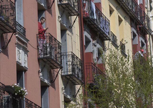 Vecinos de Madrid asomados a sus balcones en plena cuarentena
