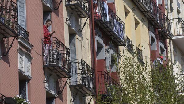 Vecinos de Madrid asomados a sus balcones en plena cuarentena - Sputnik Mundo