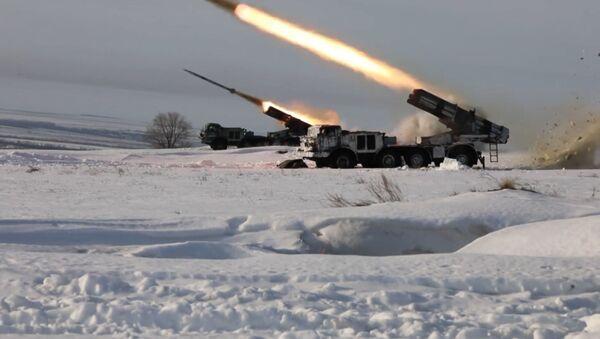 Los militares rusos ponen a prueba su puntería con los lanzacohetes Grad y Uragan - Sputnik Mundo