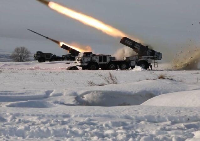 Los militares rusos ponen a prueba su puntería con los lanzacohetes Grad y Uragan