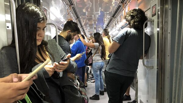 Subtes, trenes y colectivos son zonas de alto tránsito y riesgo de contagio - Sputnik Mundo
