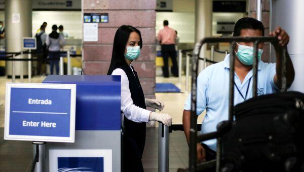 Personas con mascarilla en el Aeropuerto Internacional Toncontín en Tegucigalpa, Honduras - Sputnik Mundo