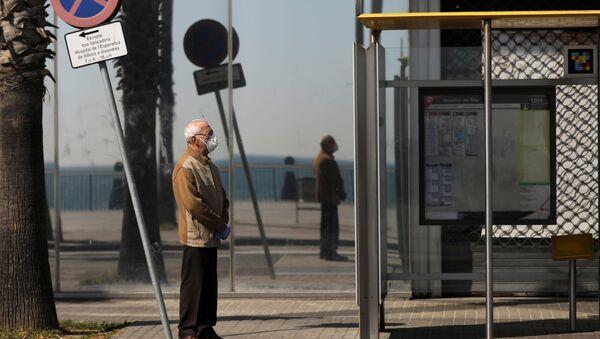 Un hombre mayor en mascarilla - Sputnik Mundo