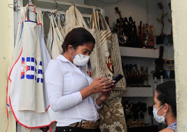 Una chica en mascarilla en Cuba