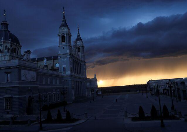 Una plaza vacía cerca de la catedral de La Almudena en Madrid