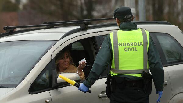 Guardia Civil explica a una mujer que no puede cruzar la frontera desde Francia en el País Vasco - Sputnik Mundo