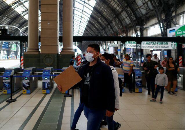 Un hombre con mascarilla en la estación ferroviaria en Buenos Aires, Argentina