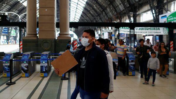 Un hombre con mascarilla en la estación ferroviaria en Buenos Aires, Argentina - Sputnik Mundo