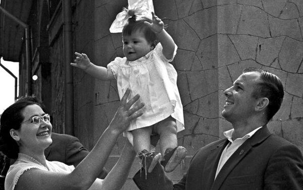 Valentina Gagárina junto a su esposo y su hija Gálochka - Sputnik Mundo