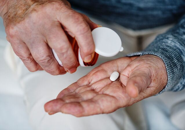 Hombre tomando pastillas