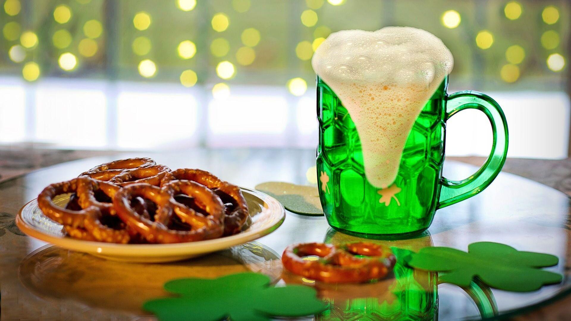 Cerveza y pretzels típicos de la celebración de San Patricio. Imagen referencial - Sputnik Mundo, 1920, 17.03.2021