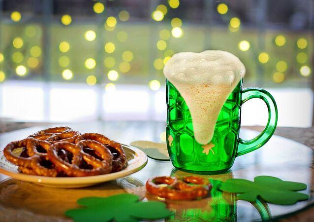 Cerveza y pretzels típicos de la celebración de San Patricio. Imagen referencial