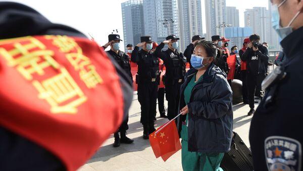 La Policía saluda a los médicos en China - Sputnik Mundo