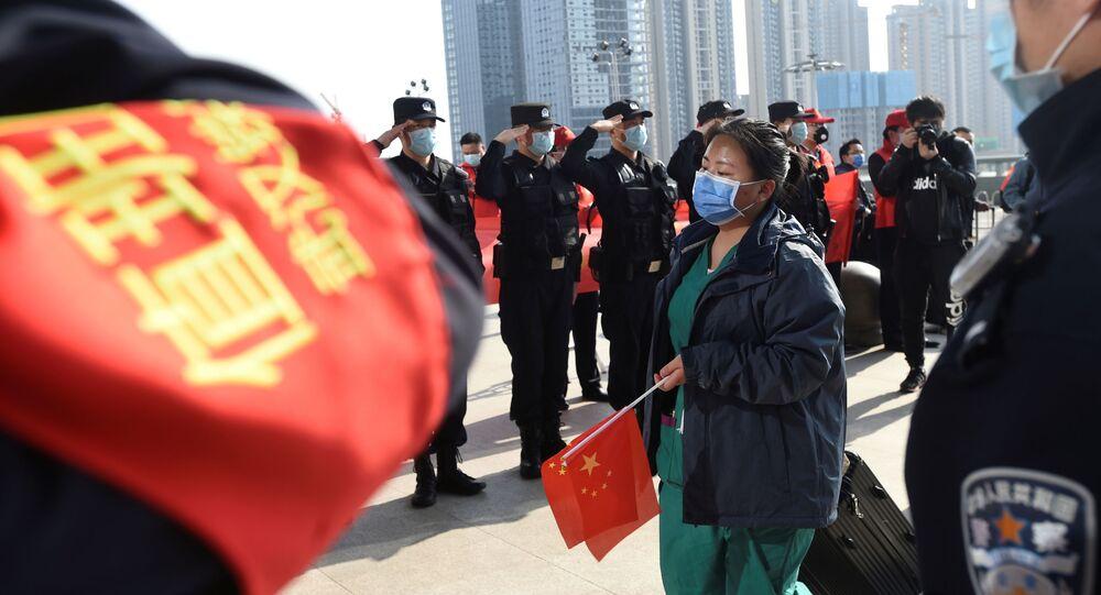 La Policía saluda a los médicos en China